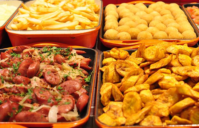 Buffet de pratos quentes e acompanhamentos